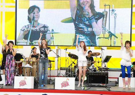 """『お台場合衆国2011』内のイベント""""ODAIBA MUSIC ハウス""""に参加した(左から)西田ひかる、姿月あさと、貴城けい、真琴つばさ (C)ORICON DD inc."""