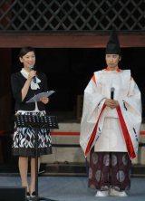 世界遺産・東寺で復興支援コンサートを行った東儀秀樹(右)