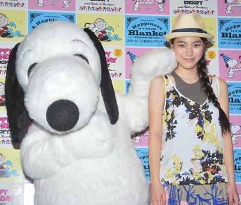 DVD『Happiness is:スヌーピーと幸せのブランケット』発売記念試写会イベントに出席した、(左から)スヌーピーと成海璃子 (C)ORICON DD inc.