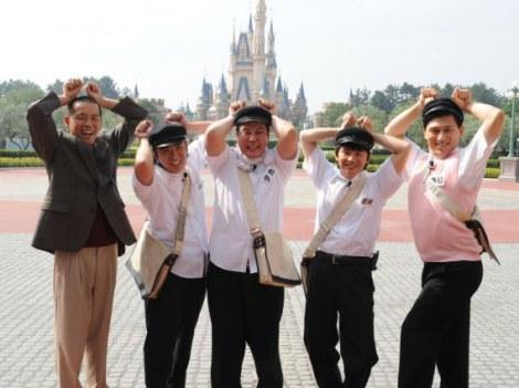 シンデレラ城をバックにミッキーになりきる5人 (C)テレビ朝日