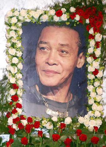 ジョー山中さん前夜式で、祭壇に飾られたジョーさんの遺影 (C)ORICON DD inc.