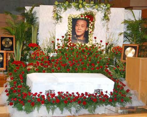 約2500本のバラが飾られたジョー山中さんの祭壇 (C)ORICON DD inc.