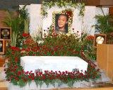 """にこやかなジョー山中さんの遺影と、""""最後のステージ""""をイメージした約2500本のバラが飾られた祭壇 (C)ORICON DD inc."""