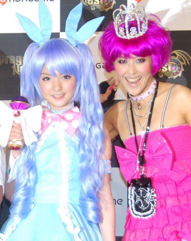 オンラインゲーム『Dragon Nest』の新キャラクター「ハロリ」の発表会に出席した(左から)モーニング娘。の道重さゆみ、岡本夏生 (C)ORICON DD inc.