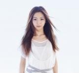 なでしこジャパン(日本女子代表)となでしこリーグ選抜による東日本大震災復興支援チャリティーマッチで国歌斉唱を務める倉木麻衣