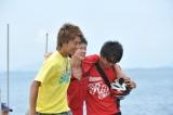 『第34回 鳥人間コンテスト2011』で見事なフライトを見せた宮城県「東北大学Windnauts」とチームサポーターのEXILE・TAKAHIRO(左)