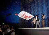 """映画『探偵はBARにいる』の完成披露試写会の舞台あいさつで映画館に降った""""雪""""を扇いで暑気払い (C)ORICON DD inc."""