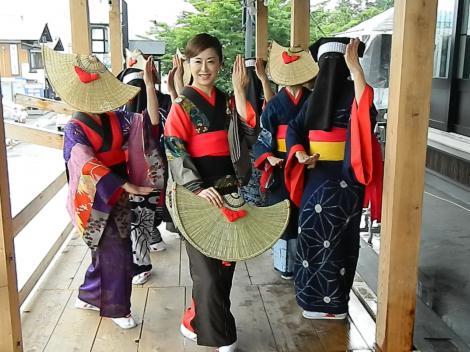 """伝統行事""""西馬音内盆踊り""""に参加した城之内早苗"""