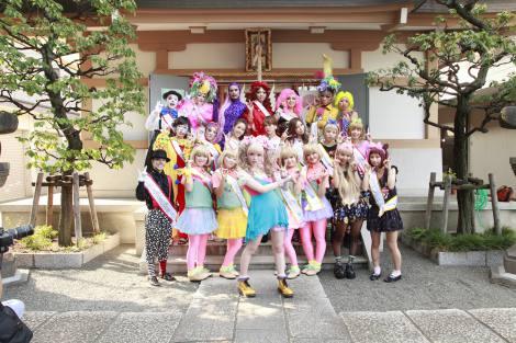 原宿の穏田神社でヒット祈願したきゃりーぱみゅぱみゅ