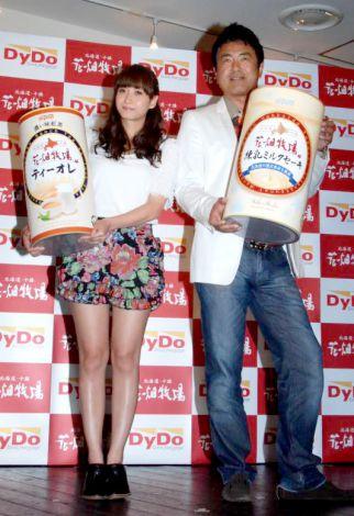 『DyDo』×『花畑牧場』の初コラボレート商品発表会に出席した(左から)藤本美貴、田中義剛全身