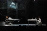 ピアノ演奏を披露する、(左から)YOSHIKIとToshI (C)ORICON DD inc.