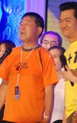 24時間マラソンを完走した徳光和夫(写真左)を笑顔で祝福した島田紳助 (C)ORICON DD inc.