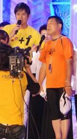 24時間マラソンを完走した徳光和夫(写真右)と、代打として総合司会を務めた羽鳥慎一フリーアナウンサー (C)ORICON DD inc.