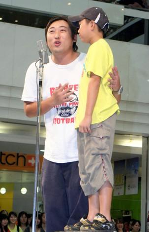 映画『漫才ギャング』のDVD&Blu-ray発売記念イベントで小学生と即興漫才を披露したロバート・秋山竜次 (C)ORICON DD inc.