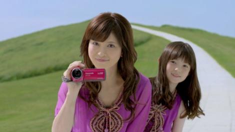 サムネイル ビデオカメラ『愛情サイズ』の新CMに出演する森高千里