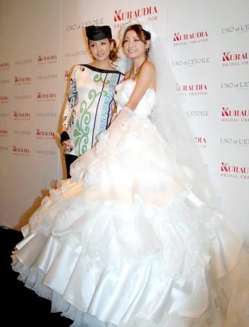 神田うの(左)プロデュースのウエディングブランド『ウノ・エレトワール』の新作発表会でモデルを務めた木下優樹菜 (C)ORICON DD inc.