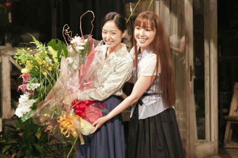 井上真央に花束を届けた平原綾香(右)