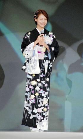 鈴乃屋『清鈴苑きものショー』トークショーの模様。黒のシックな着物姿で「大人の女性をイメージ」と語る相武紗季