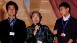 モントリオール世界映画祭に出品の映画『わが母の記』の上映会に急きょ登場した女優の樹木希林(中央)と孫の雅楽(うた)くん(右) 左は原田眞人監督の代理で参加した息子の原田遊人氏
