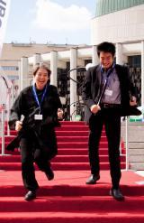 モントリオール世界映画祭のレッドカーペットを駆け抜ける女優の樹木希林と原田遊人氏