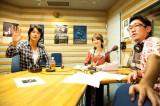 沖縄では自身初のプロモーションを敢行した福山雅治(写真左)