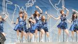 AKB48(左から小嶋陽菜、前田敦子、高城亜樹、指原莉乃、大島優子、板野友美、篠田麻里子、柏木由紀)