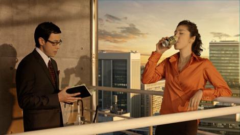 サムネイル 缶チューハイ『-196℃ストロングゼロ』の新CMに出演する天海祐希(右)と鈴木浩介(左)