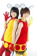 BABY GAMBAに扮した仲谷明香(左)、田名部生来(右)
