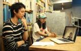 ライフスタイル誌『グローバルワーク』で日本代表のキャプテン・長谷部誠選手とSkypeで対談する水嶋ヒロ
