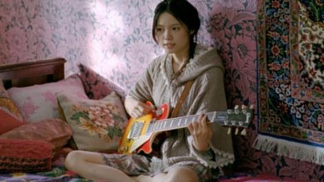 サムネイル 『earth music&ecology』の新CMで、THE BLUE HEARTSの「リンダリンダ」を弾き語りする宮崎あおい