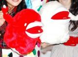 紅白初の公式キャラクター・ウタ♪ウッキー(左から赤の「ウー♪」、白の「ター♪」) (C)ORICON DD inc.
