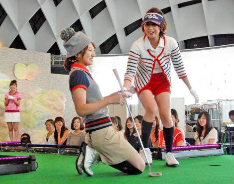 DVD『フジテレビ女性アナウンサー みんなでゴルフ2』の発売記念イベントで1mパットを外し崩れ落ちる松村未央アナと山中章子アナ