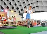 DVD『フジテレビ女性アナウンサー みんなでゴルフ2』の発売記念イベントで1mパット成功でかわいくポーズを取る加藤綾子アナ