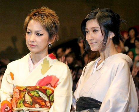 サムネイル 浴衣姿で登場した主演の篠原涼子(右)と主題歌を歌う中島美嘉 (C)ORICON DD inc.