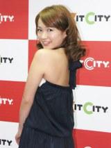 20歳になって大人っぽく背中の開いた衣装で登場した谷澤 (C)ORICON DD inc.