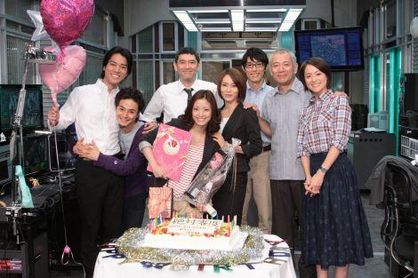上戸彩の26歳の誕生日を『絶対零度』共演陣がサプライズで祝福 (C)フジテレビ