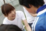 子どもたちを激励する篠田麻里子