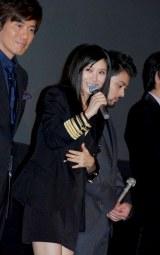 共演者に囲まれあいさつする篠原涼子 (C)ORICON DD inc.