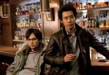 故郷の北海道での映画主演作を初登場1位で飾った大泉洋(右)と共演の松田龍平(左)(C)2011「探偵はBARにいる」製作委員会