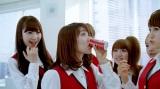コーヒーを回し飲みする大島優子