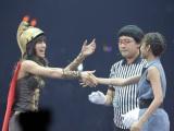 『第2回じゃんけん大会』初戦で秋元才加(左)に敗れるも、握手でエールを贈った前田敦子(右) (写真:鈴木一なり)