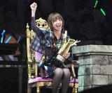 『第2回じゃんけん大会』を勝ち抜き、見事センターの座を奪取したAKB48の篠田麻里子、優勝者のイスに座りご満悦 (C)ORICON DD inc.