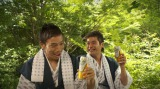 『アサヒ オフ』の新CMに出演する長友佑都選手(左)と佐藤隆太(右)