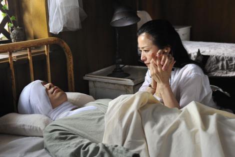 映画『セカンドバージン』より クアラルンプールで奇跡の再会を果たすも、銃弾に倒れる行 るいの必至の看病は行の身体と心を癒すのか… (C)2011映画「セカンドバージン」製作委員