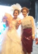 BENI(右)の新曲MVにウエディングドレスで登場した小森純