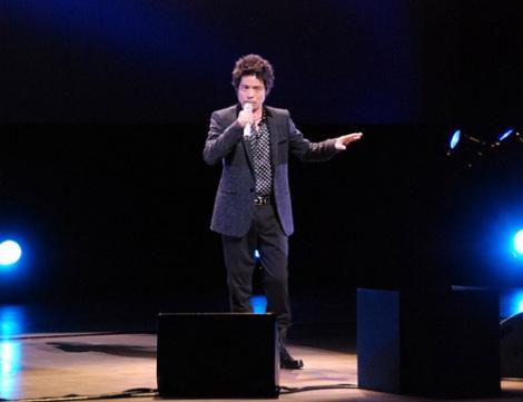 映画『夜明けの街で』完成披露試写舞台あいさつで主題歌を披露した久保田利伸 (C)ORICON DD inc.