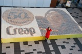 """約1万個のコーヒーカップが並べられた""""巨大ドットアート""""に感激の菅野美穂 (C)ORICON DD inc."""