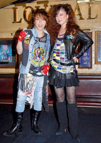 ミュージカル『ROCK OF AGES』の記者発表会に役衣装で出席した(左から)西川貴教、島谷ひとみ (C)ORICON DD inc.