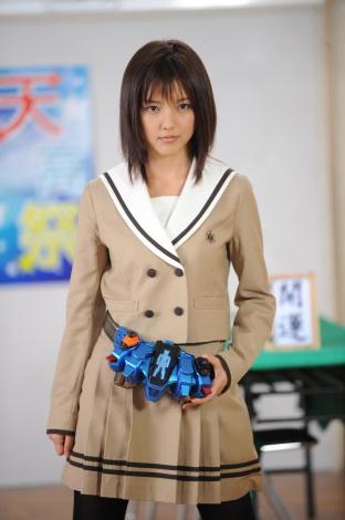 制服姿の真野恵里菜さん