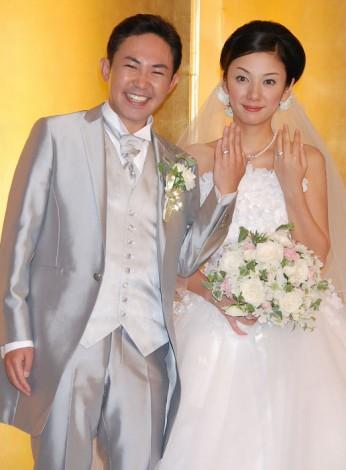 結婚披露宴後の会見で結婚指輪をみせノロけた林家三平と国分佐智子 (C)ORICON DD inc.